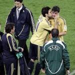 soccereuros2008-spainvsrussia-davidvillacescfabregaskiss-mirrorimage